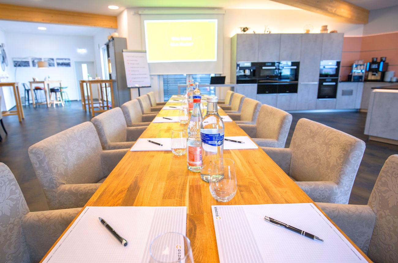 Das Atelier ... für Konferenzen, Tagungen, Seminare, Incentives, Dinner, Feiern, Koch-Erlebnisse u.v.m.  Klassisch-wohnlich, hell und freundlich, hoch flexibel und bestens ausgestattet: Unser Atelier ist mit seinen Möglichkeiten die ideale Location für Ihre Veranstaltung. >>> Mehr erfahren