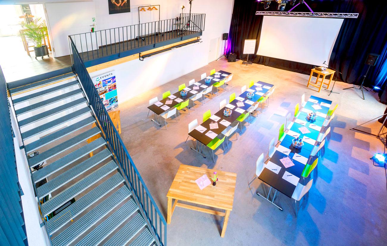 Das Studio ... als Konferenz-Saal, Präsentationsfläche, Party-Zone, Vortragsarena, Aktionsbereich u.v.m.  Für den etwas größeren Auftritt darf es etwas mehr sein: Das Studio mit seinen 105 m² ist ideal dafür geeignet, viele Menschen zu erreichen. >>> Mehr erfahren