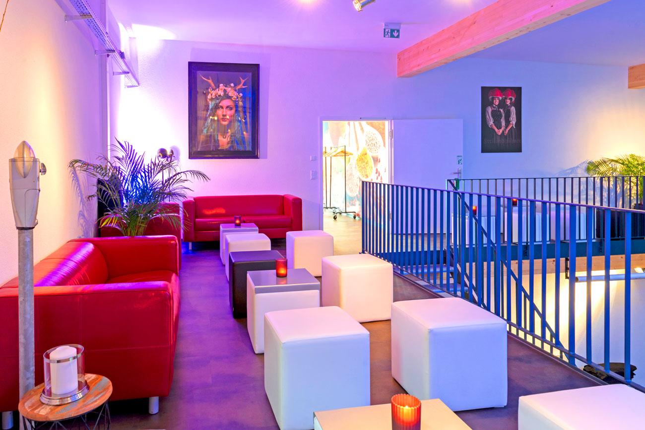 Die Lounge ... als Gesprächszone, Ausstellungsempore, Präsentationsfläche, Welcome-Area, Chillout-Lounge u.v.m.  Ganz gleich, ob Sie einen zusätzlichen Bereich wünschen, wo Sie in Ruhe Gespräche abseits des Geschehens führen möchten, ob Sie Produkte ausstellen wollen oder einfach Ihre Gäste bei einem Stehempfang begrüßen: Die Lounge bietet vielseitige Möglichkeiten. >>> Mehr erfahren